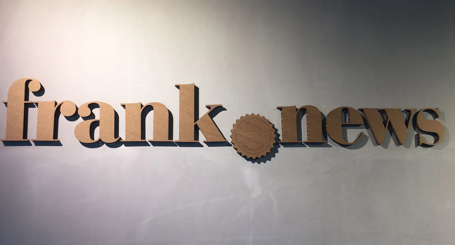 Frank News logo van karton kartonnenfiguur