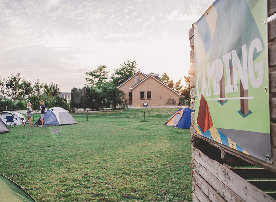 camping spandoek festival bruiloft